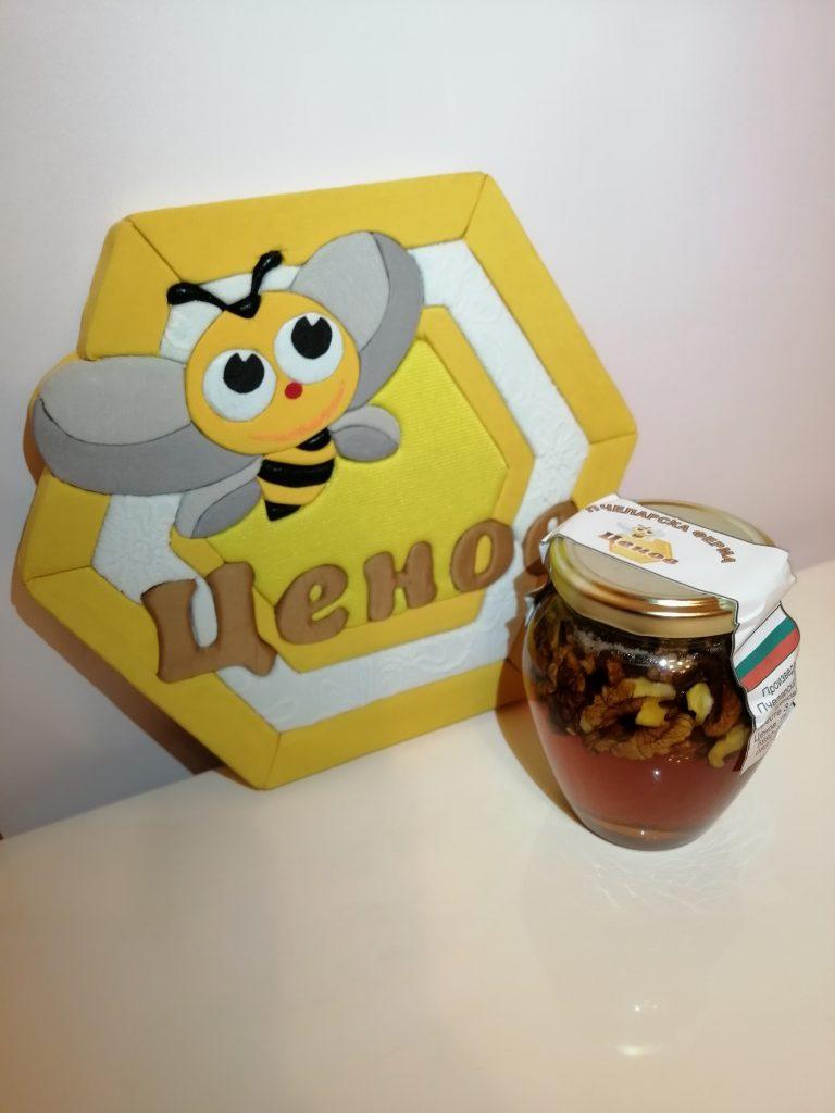 Пчелен мед букет с орехи